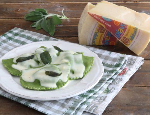 Ravioli verdi ai funghi e topinambur con fonduta di Piave Dop e salvia fritta