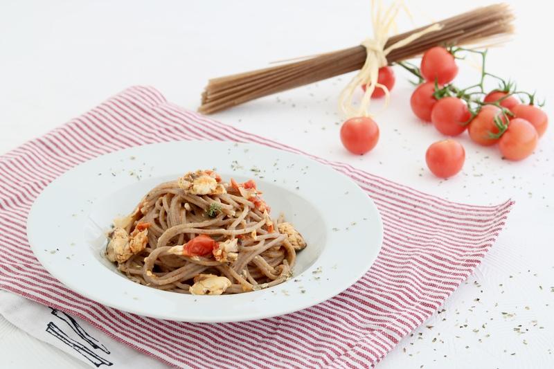 spaghetti di grano saraceno e sgombri
