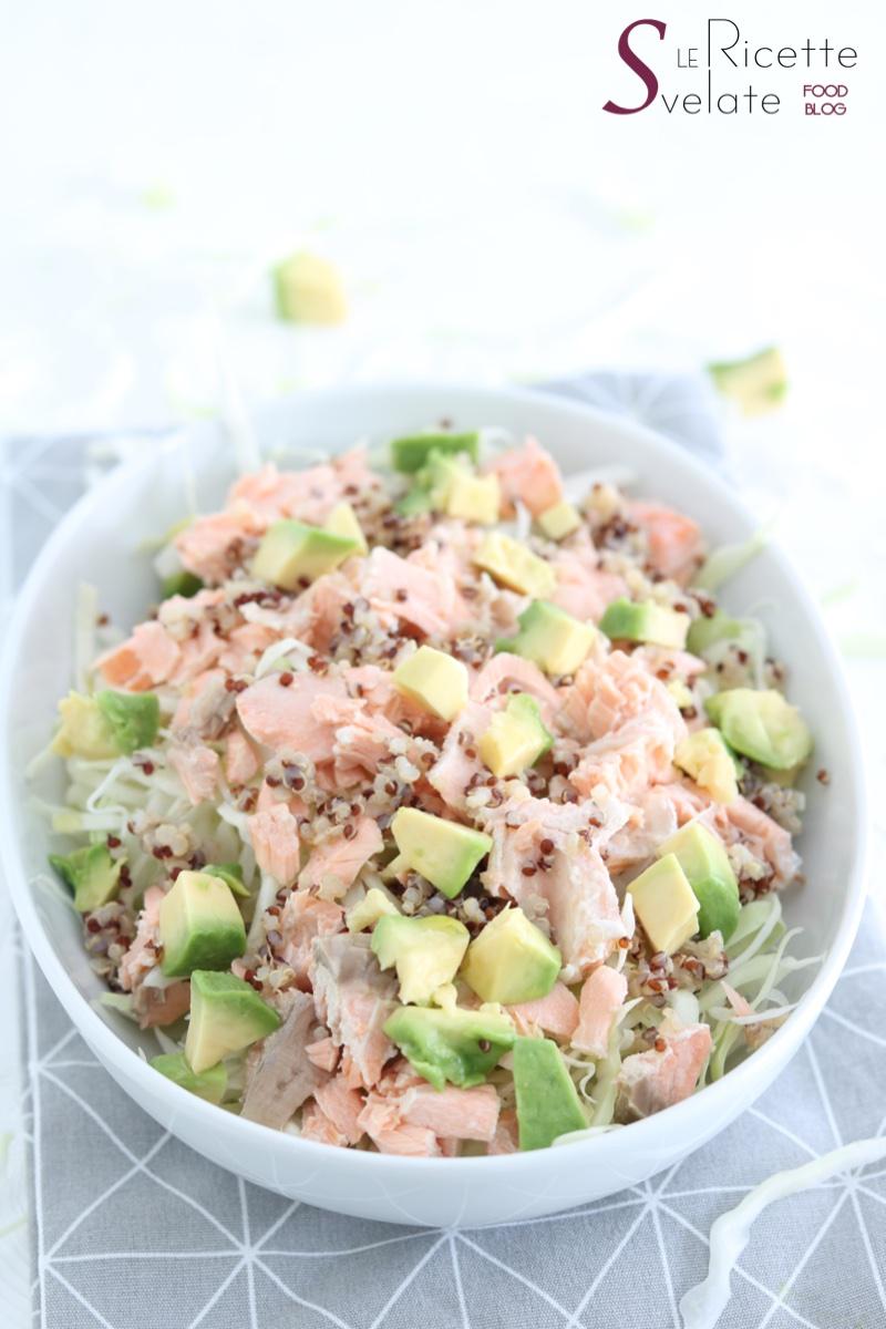 insalata di cavolo cappuccio con salmone e quinoa