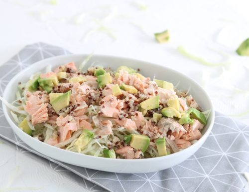 Insalata di cavolo cappuccio con salmone quinoa e avocado