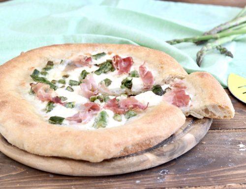 Pizza con 1 grammo di lievito agli asparagi e speck