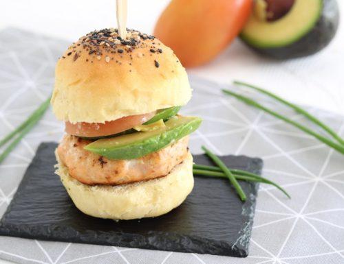 Burger di salmone con avocado e pomodoro