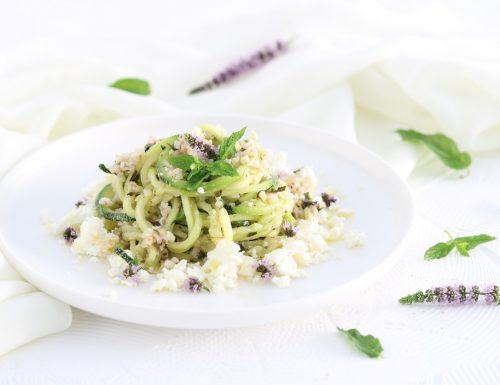 Spaghetti di zucchine con feta bulgur e pesto alla menta