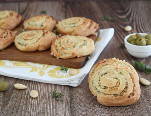 Girelle salate con robiola olive verdi e mandorle