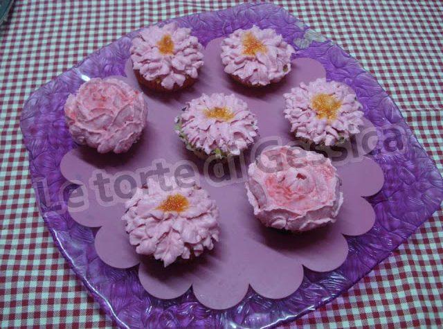 """Cupcakes """"fioriti"""" con glassa leggera al formaggio"""