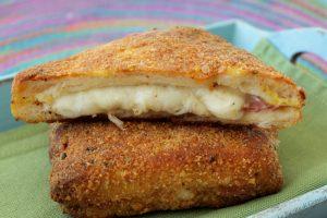 Toast croccanti al forno con prosciutto e formaggio