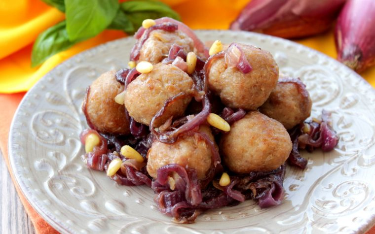 Polpette di pollo in agrodolce con cipolle e pinoli