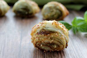 Salatini di sfoglia e pesto – Ricetta facile e veloce