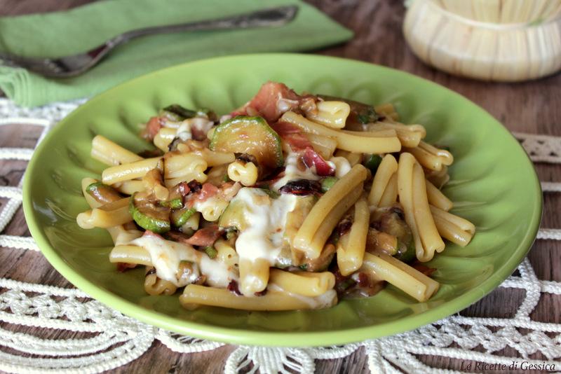 pasta con zucchine speck e mozzarella filante