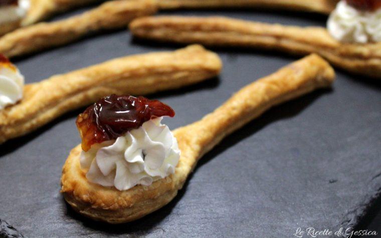 Cucchiai di sfoglia con formaggio e pomodori secchi – Antipasto