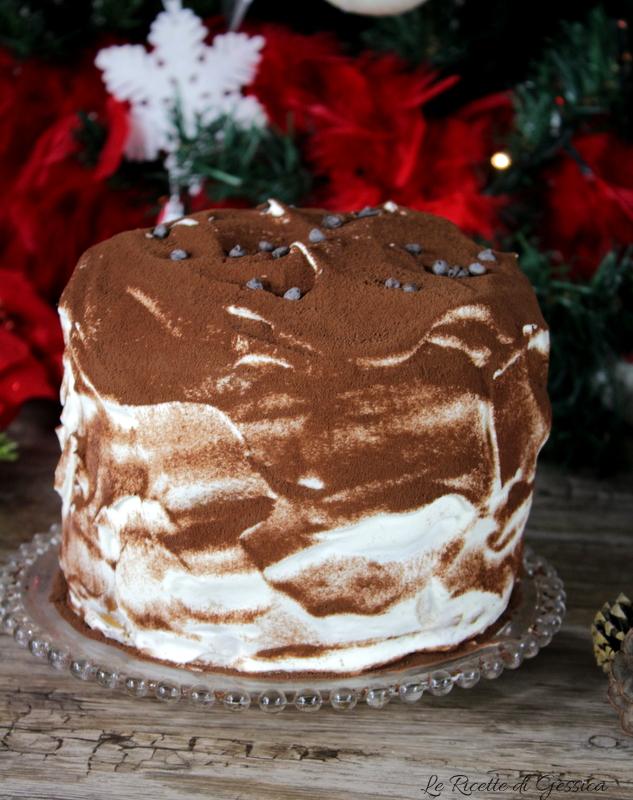 dolce-di-natale-capodanno-panettone-svuotato-ripieno-di-gelato-al-caffe-tiramisu-panna