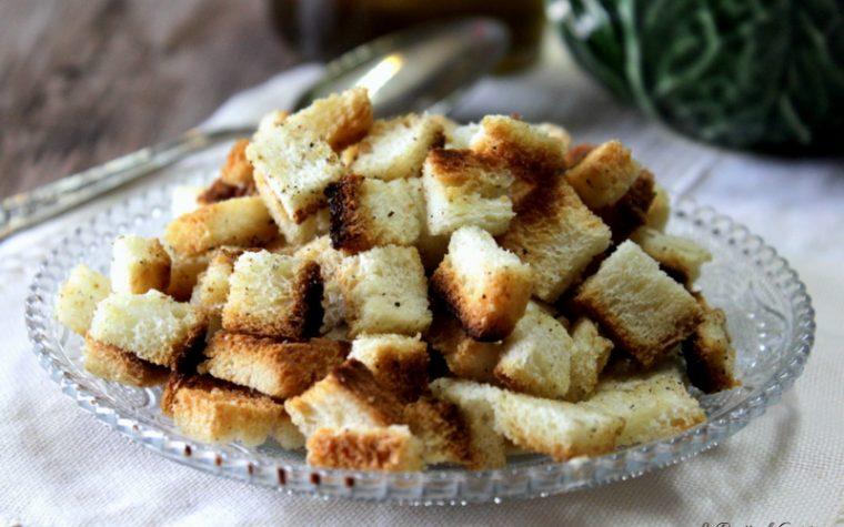 Crostini di pane croccanti fatti in casa per zuppe e insalate