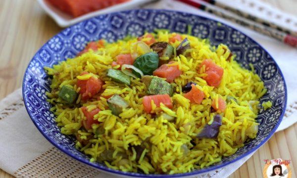 Insalata di riso basmati con salmone e verdure alla curcuma