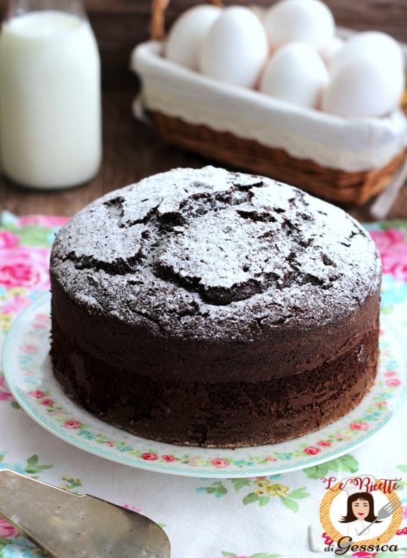 la torta al cioccolato, con della panna montata o con crema e frutta  fresca. Un dolce che gli amanti del cioccolato non possono lasciarsi  scappare e che