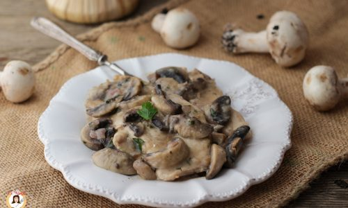 Pollo ai funghi e vino bianco - Scaloppine cremose con petto di pollo