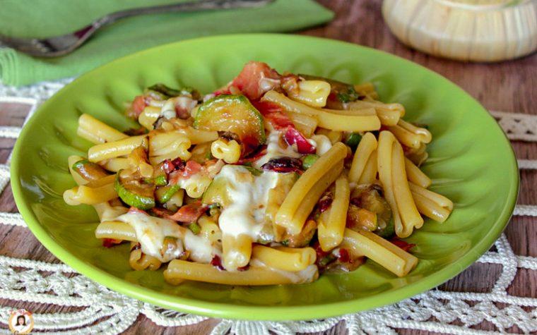 Pasta con zucchine e speck filante