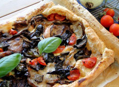Torta salata con verdure miste: melanzane, zucchine e peperoni