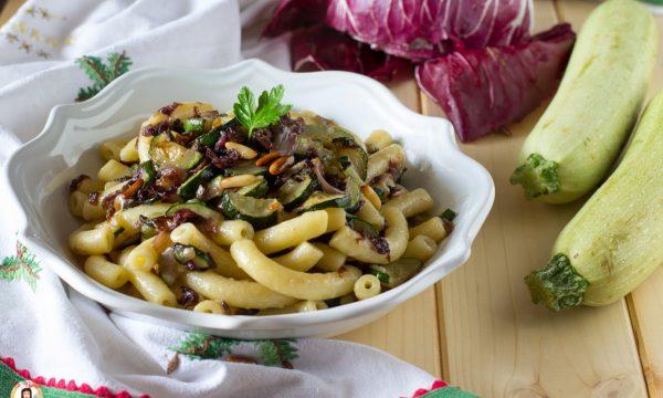 Pasta con zucchine e radicchio