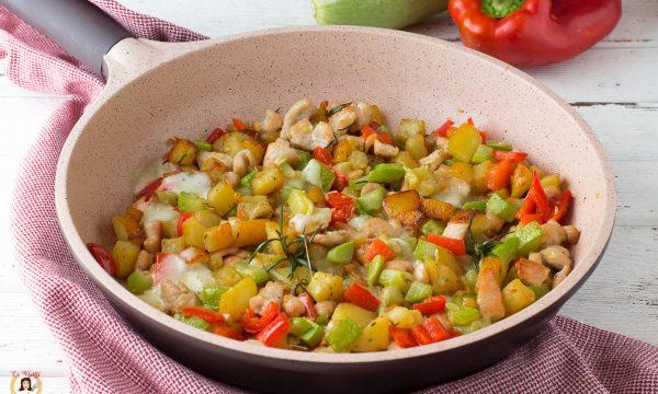Pollo con verdure filanti in padella – con zucchine, peperoni e patate