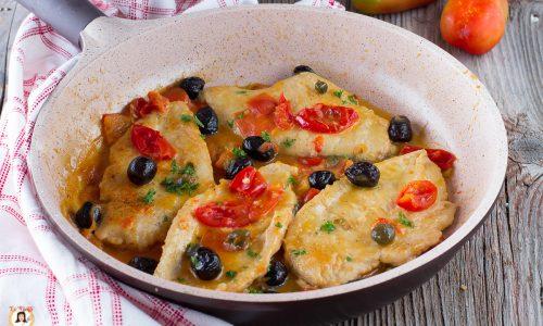 Petto di pollo con pomodorini, olive e capperi - Cremoso e facile