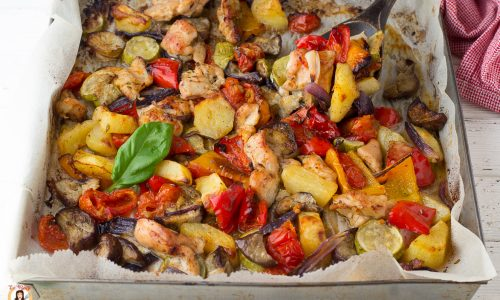 Pollo con verdure al forno: zucchine, patate, cipolle, melanzane, peperoni