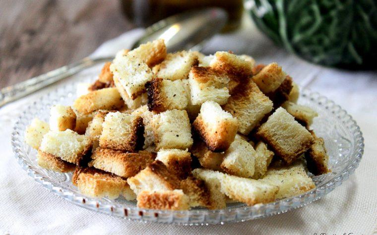 Crostini di pane croccanti fatti in casa - Al forno o in padella