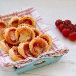 Pizzette di pasta sfoglia veloci - Ricetta per l'aperitivo