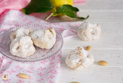 Biscotti Fior di Mandorla o Fiocchi di neve Siciliani di pasta di mandorle