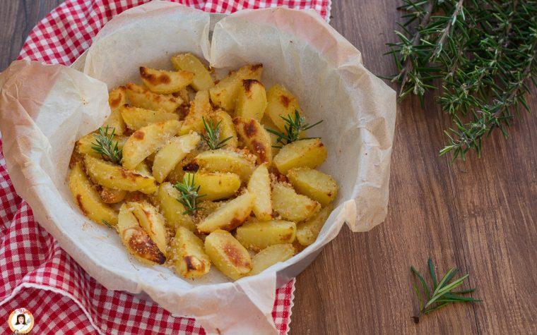 Patate croccanti al forno – Con pangrattato e Parmigiano