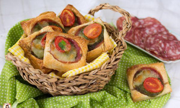 Stuzzichini di pasta sfoglia con salame e pesto – Antipasto veloce