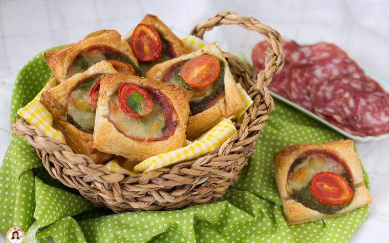 Stuzzichini di pasta sfoglia con salame e pesto - Antipasto veloce