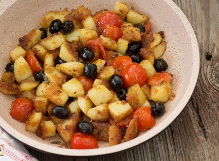 Patate sabbiose in padella con pomodorini e olive