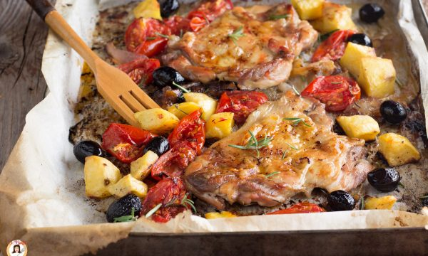 Cosce di pollo disossate al forno con patate e pomodorini – Alla Mediterranea