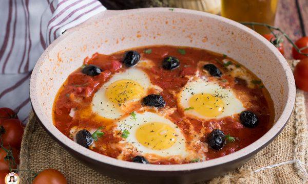 Uova alla mediterranea – In padella con pomodoro e olive