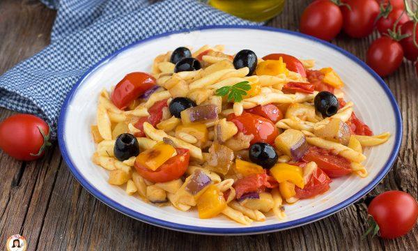 Pasta all'Eoliana – Primo piatto con melanzane e peperoni