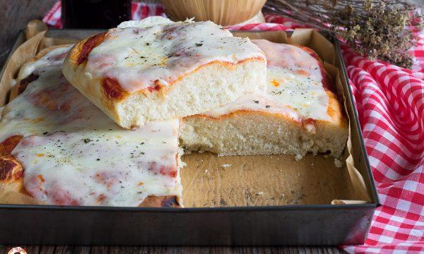 Pizza in teglia alta e soffice – Ricetta anche Bimby