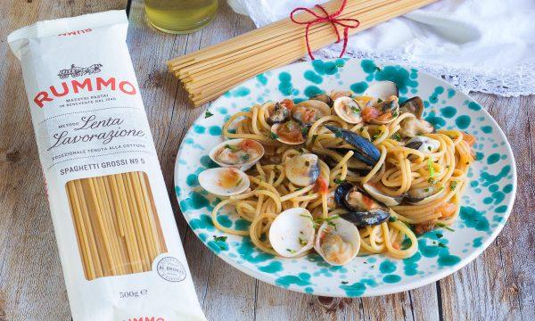 Spaghetti cozze e vongole – Primo piatto cremoso con pomodorini
