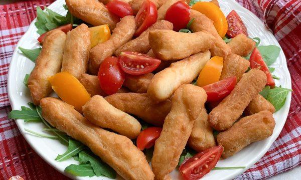 Angioletti fritti con rucola e pomodorini – Antipasto o piatto unico