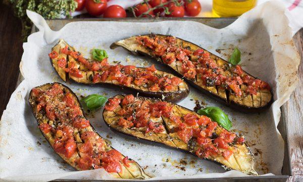 Melanzane imbottite al forno – Ripiene con pomodorini e formaggio