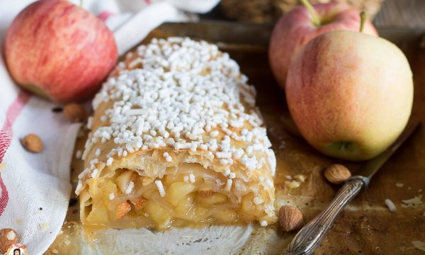 Rotolo di pasta sfoglia con mele e marmellata – Dolce facile