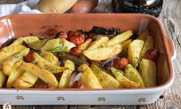 Patate al forno con cipolle e pomodori – Contorno