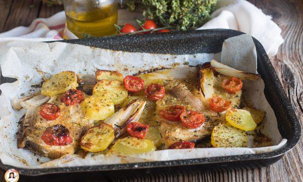 Pesce spada al forno con patate e pomodorini