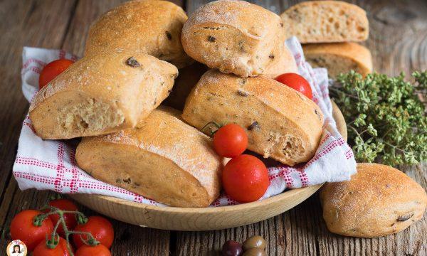 PANE AL POMODORO – Impasto con olive e origano