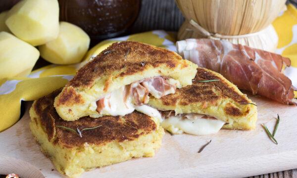 TOAST DI PATATE in padella con Speck e formaggio filante