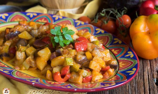 CIAMBOTTA di verdure ( melanzane, zucchine, peperoni, cipolla, patate, pomodoro)