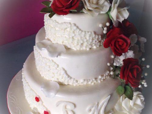 Wedding cake con rose rosse e bianche