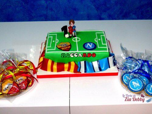 Torta di compleanno calcio Roma-Napoli con biscotti decorati.