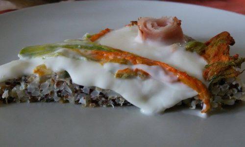 Crostata di riso e quinoa con stracchino e fiori di zucchine