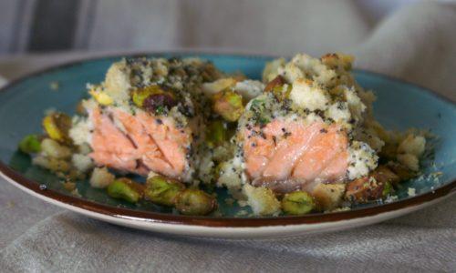 Salmone al forno con erbette e pistacchi