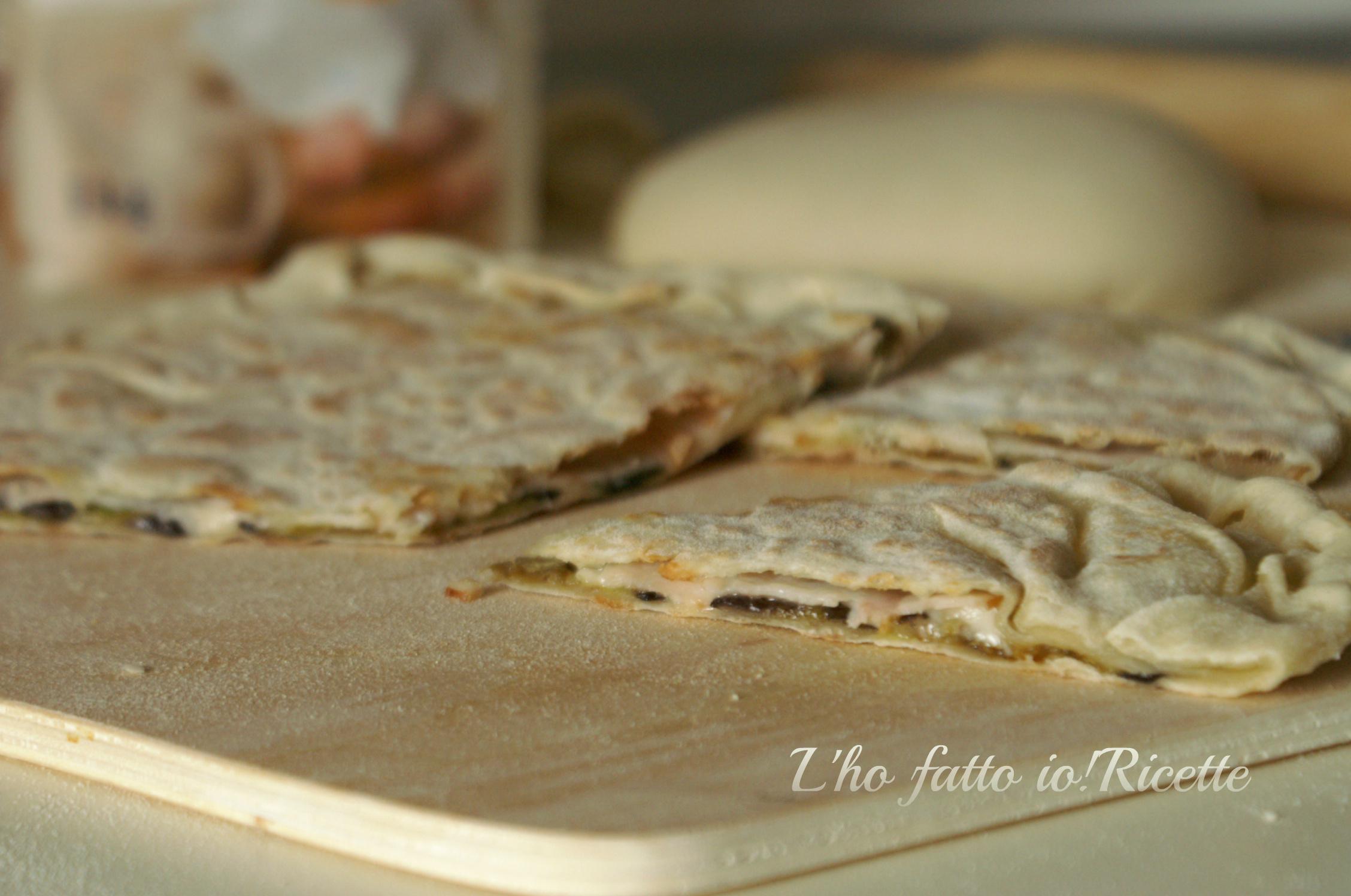 Focaccia ripiena cotta in padella senza lievitazione